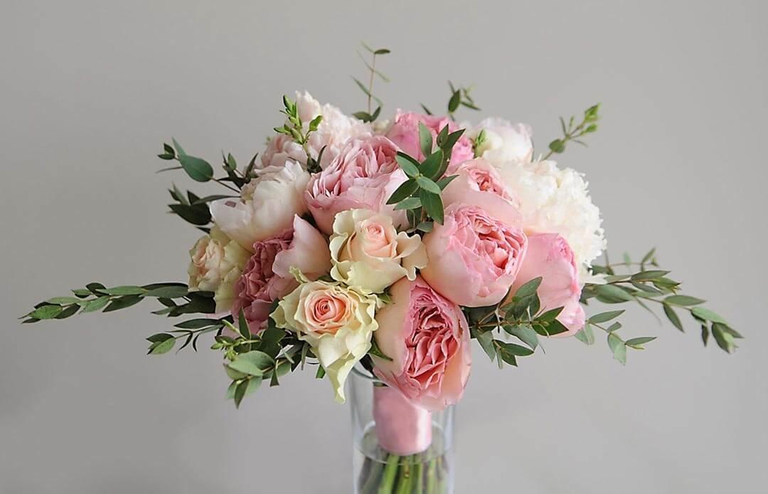 Букет из розовых пионов с розами