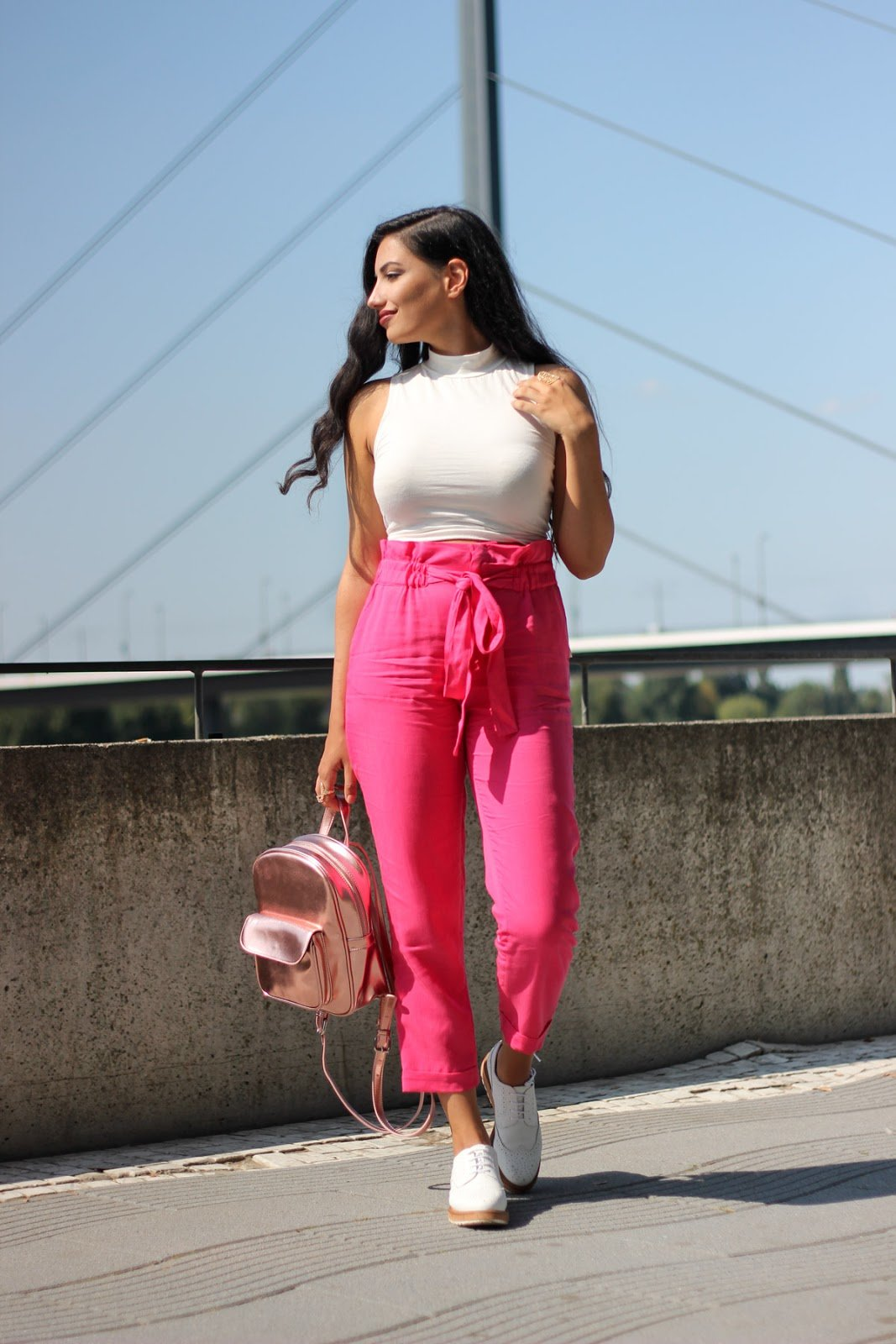 Фото девушки в розовых штанах — 3