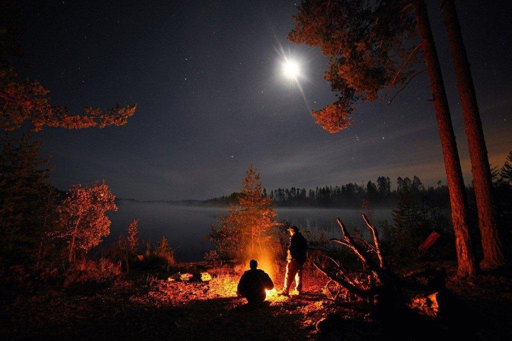 Ночной пейзаж в плоский стиль. Фона. Палатка, грибы, деревья, камни, у костра, горы, лес и воду
