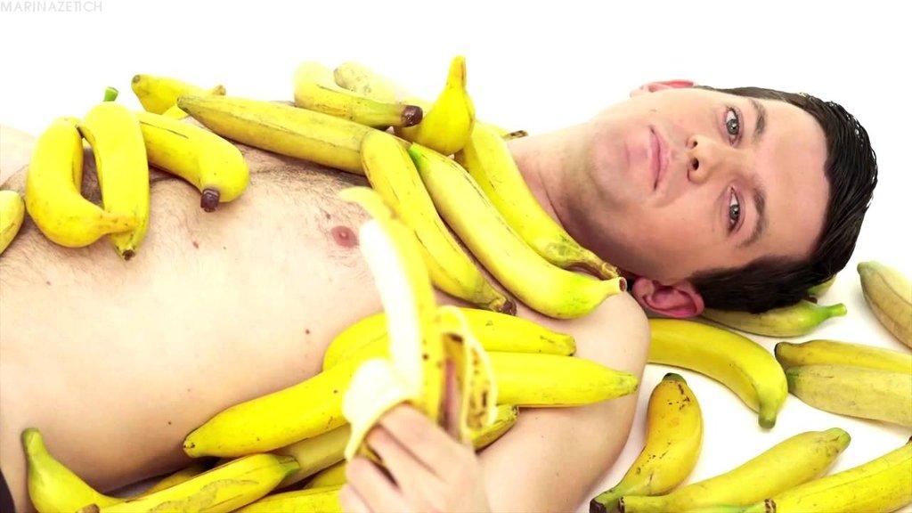 banan-zasunuli-v-zhenskuyu-kisku-zhenshini-chlenami-rtu