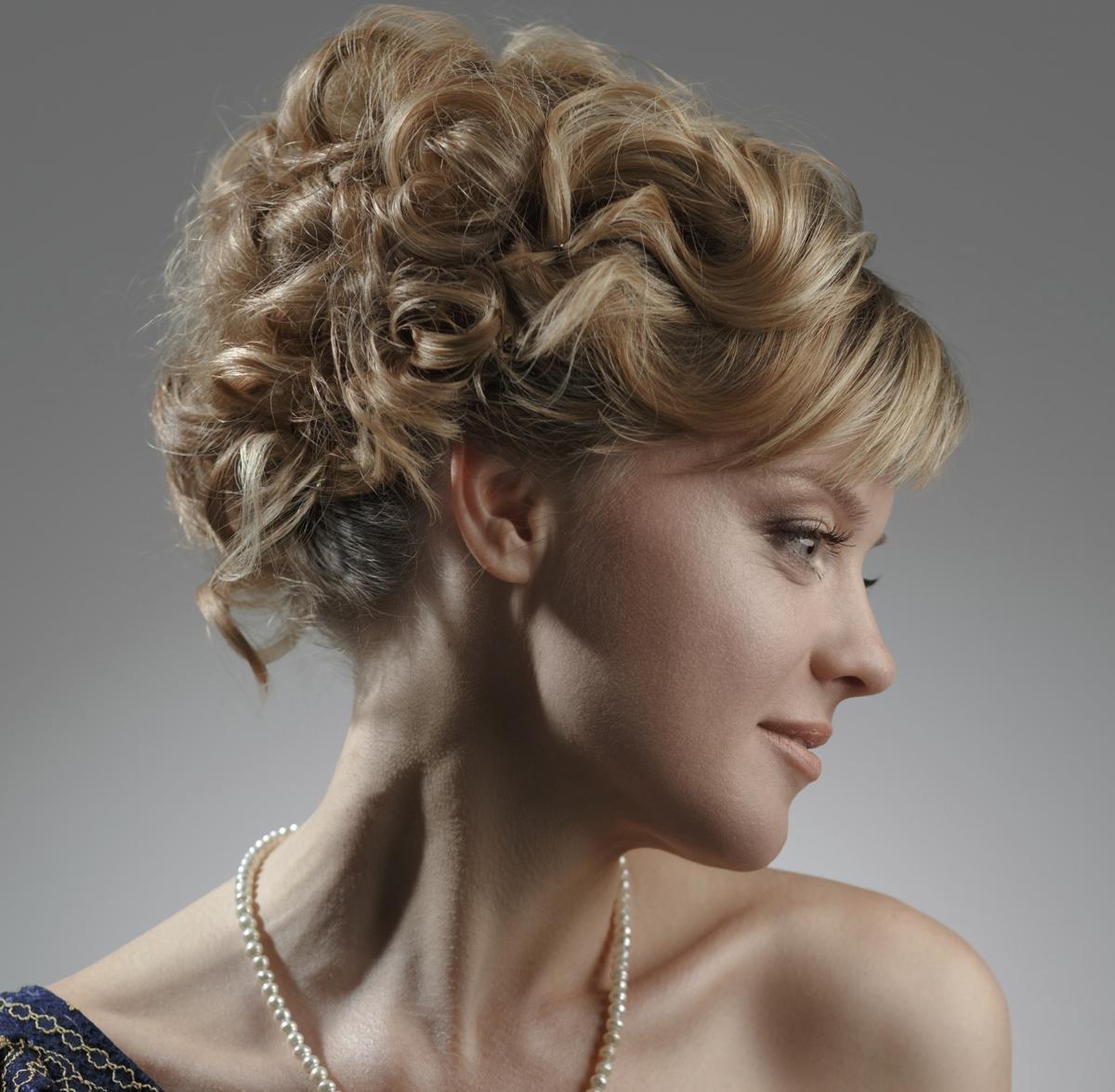 Стрижка для кудрявых волос «под мальчика» предусмотрена для женщин худощавого типа, имеющих утонченные черты.