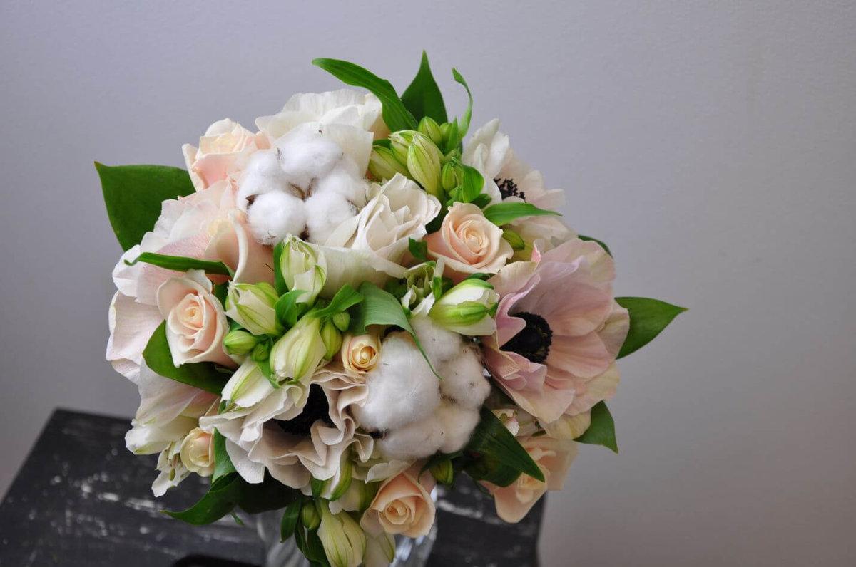 Недорогие букет из фрезии и розы