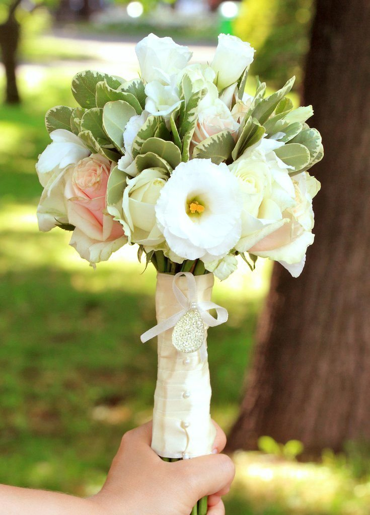 Красно белых, букет невесты из эустомы лизиантус