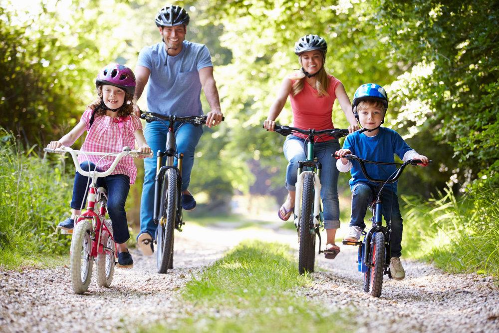 Картинка семья на велосипеде