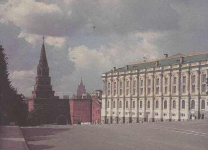 Здание Оружейной палаты возле Боровицких ворот, где в 1844 г. нашли клад в бронзовой чаше