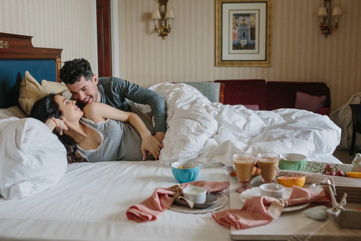 Парень приносит кофе в постель фото порно