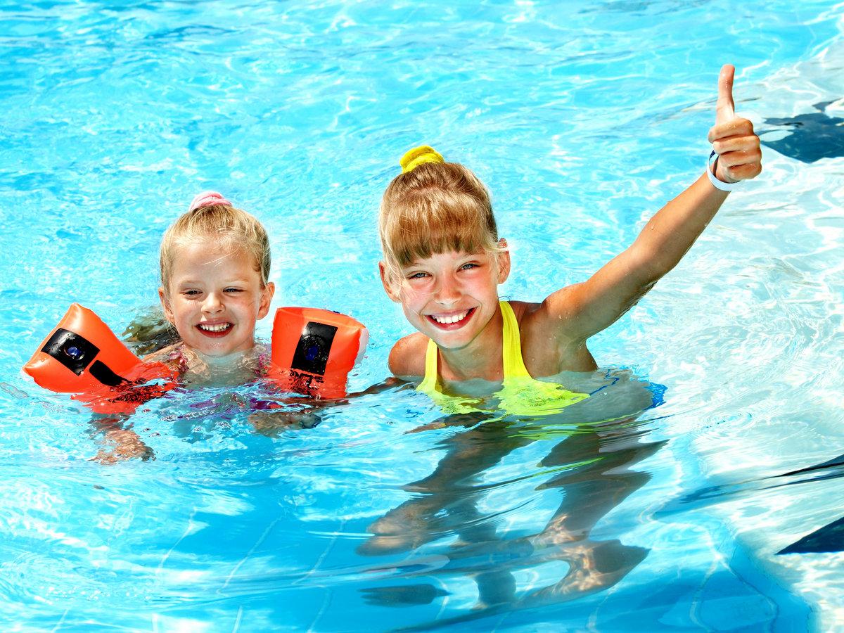 Дети в бассейне картинка детская