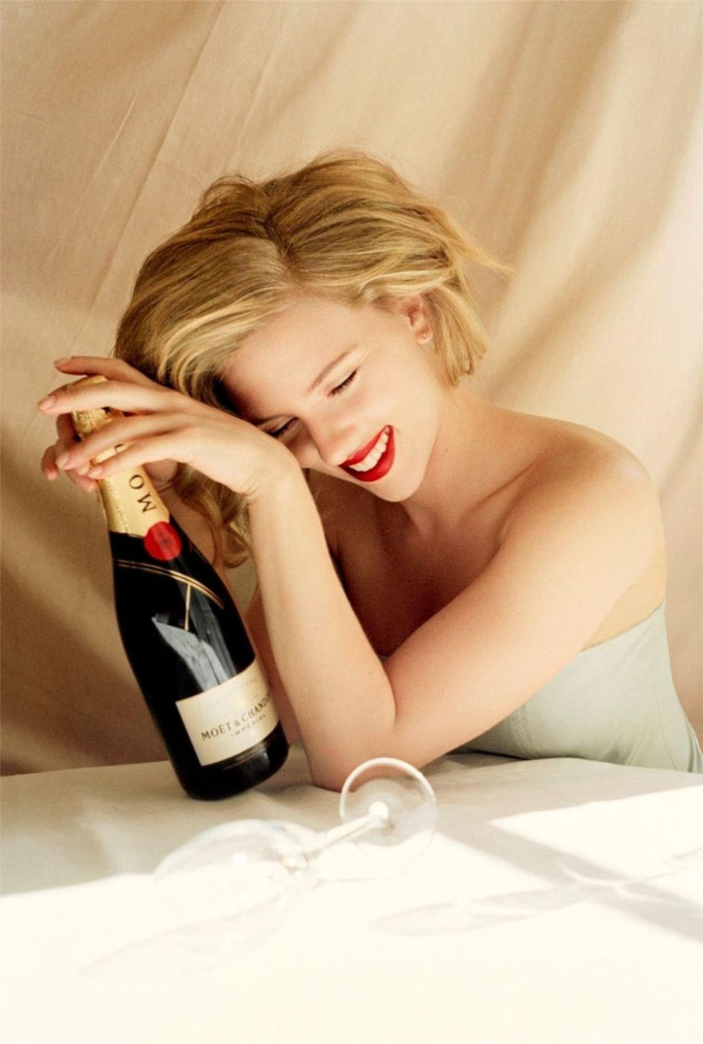 Шампанское приятно расслабило девушку