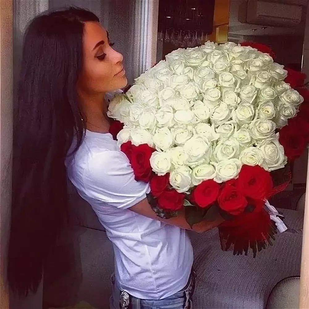Девушка с большим букетом цветов