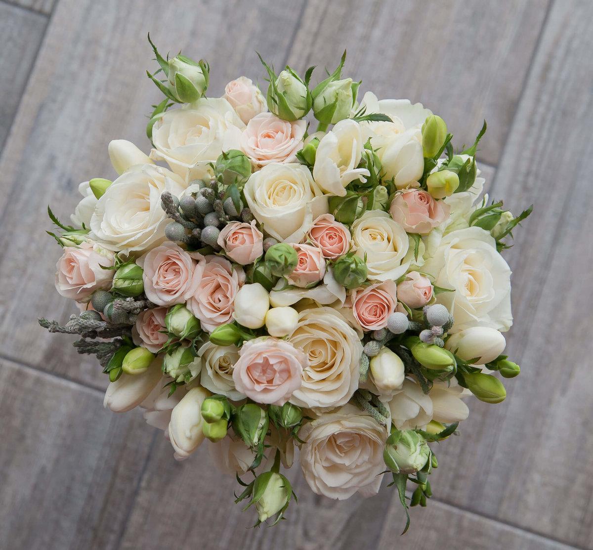 Свадебный букет из розовой фрезий и роз, цветов 101