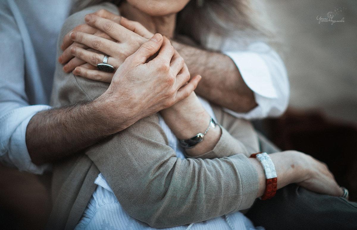 Открытка объятия мужчины и женщины, поздравление дочке