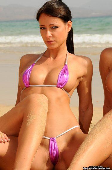 Девушки в микробикини на пляже