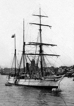 Шхуна «Святая Анна» в реке Неве, возле Благовещенского моста в Санкт-Петербурге, перед началом экспедиции Г. Л. Брусилова