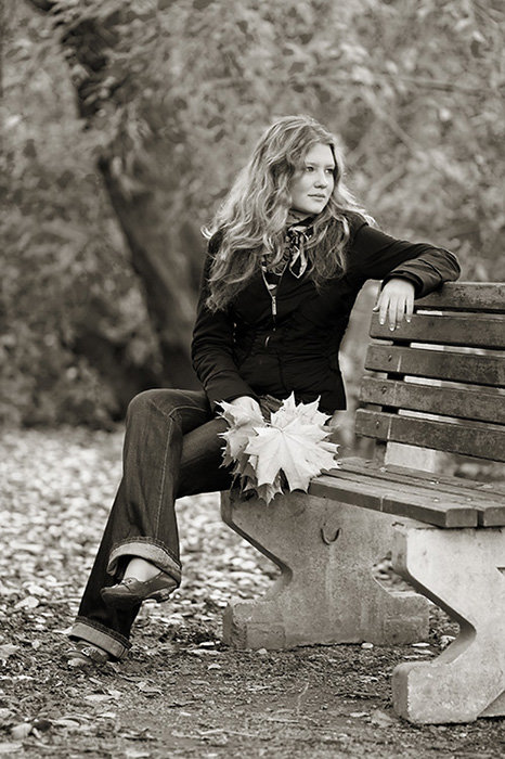 Картинки девушка осень черно белые