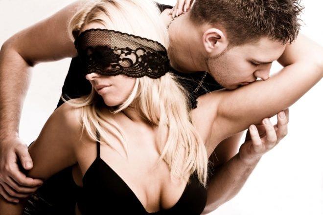 Втроем что делатт секс