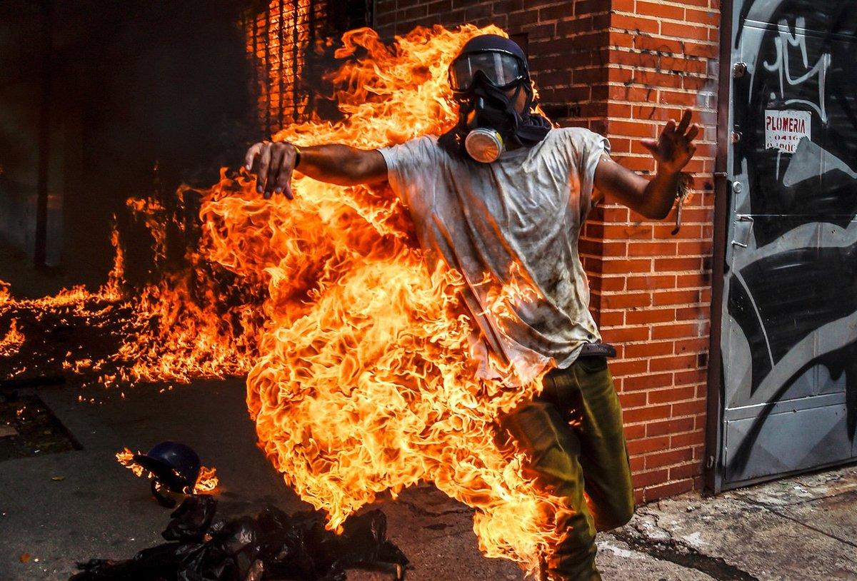 сказать фото люди с огнями раз