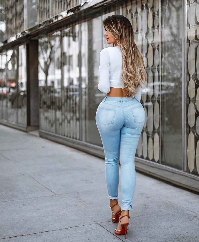 вымолила телочка в обтягивающих джинсах буду