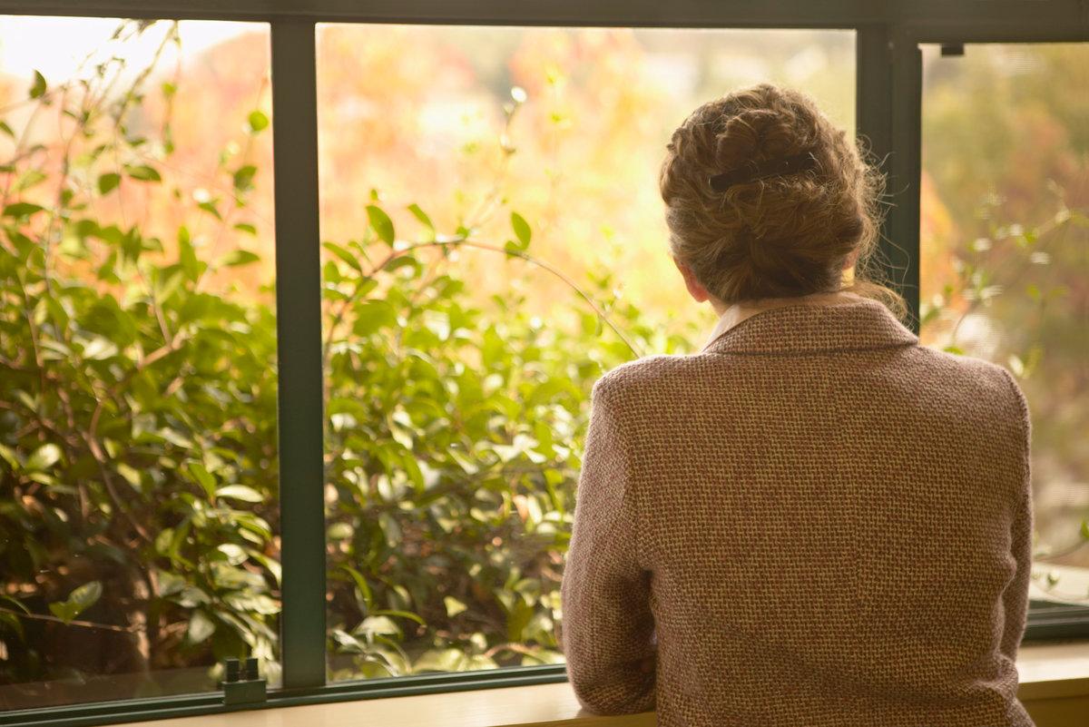 Картинки женщина у окна со спины