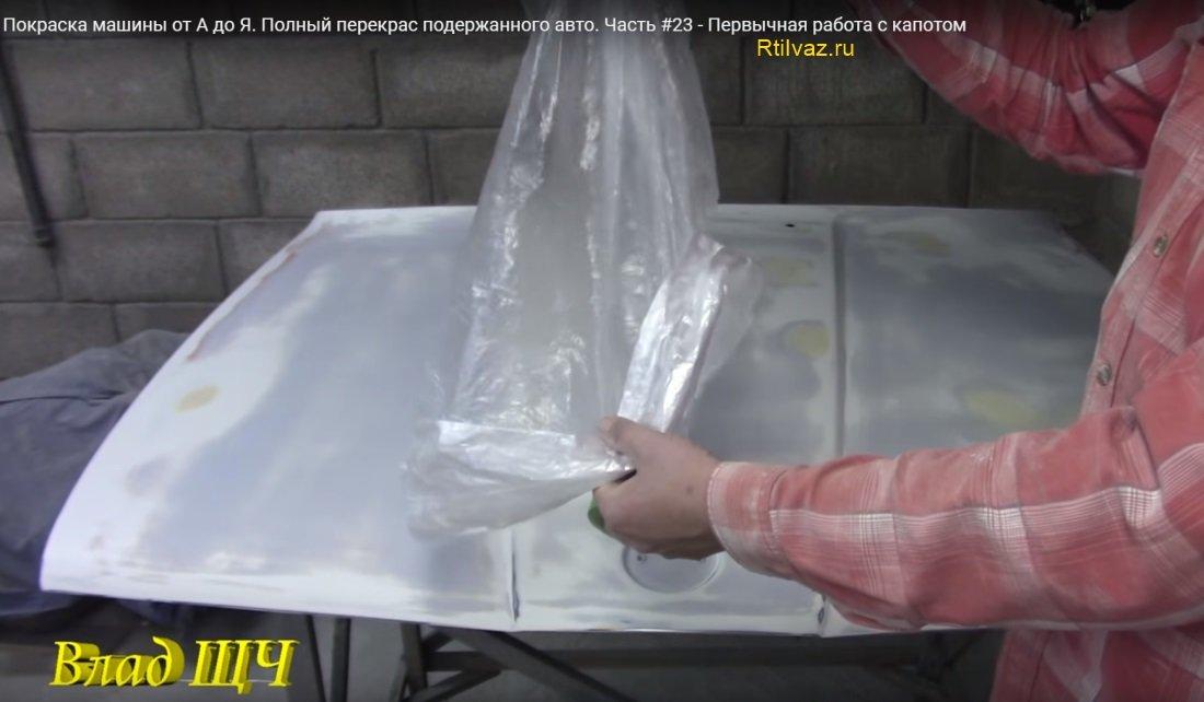 Клеится плёнка шириной полосы около 40 см