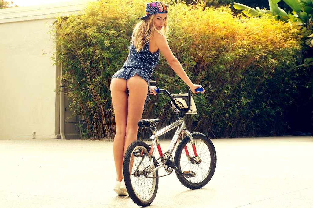 попки девушек на велосипеде дело