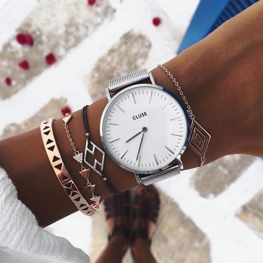 Картинки девушка на руках часы