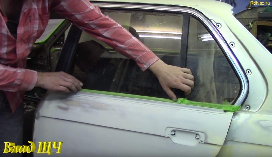 Заклеили низ стекла, где центральная часть скотча обращена липкой стороной наружу