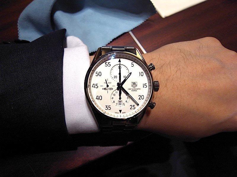 Секундная стрелка движется вдоль шкалы расположенной по периметру циферблата, минутный счётчик расположен в верхней части напротив 12 часов, а часовой счётчик расположен напротив 6-часовой отметки.