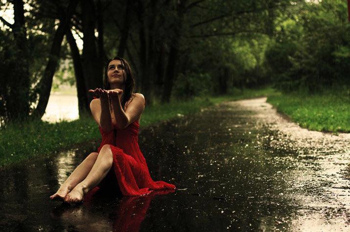 Анимашки женщина и дождь