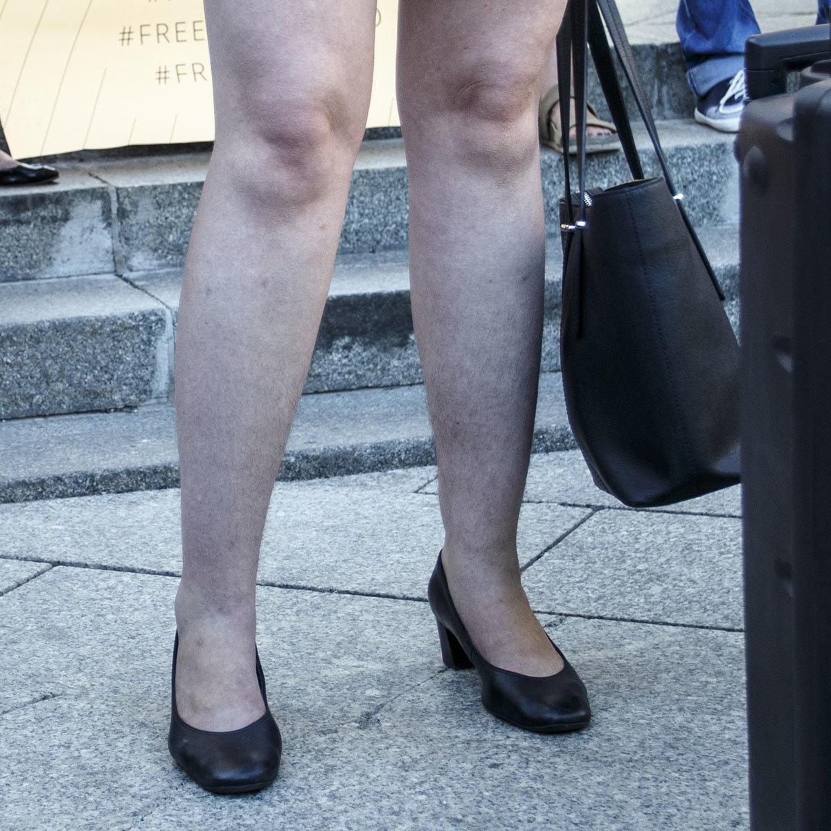 видео женских волосатых ног