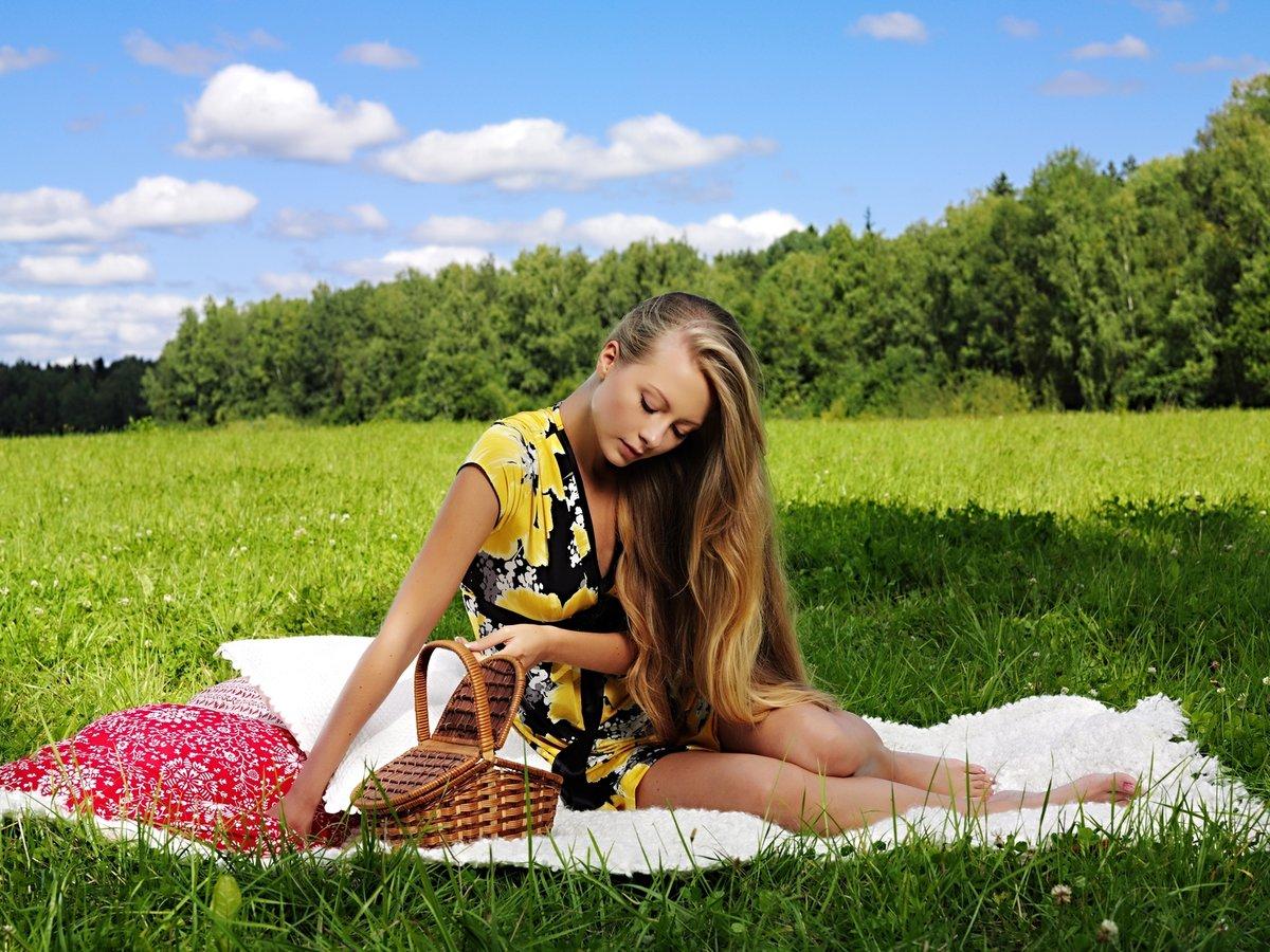 Красивые деревенские девушки без одежды на природе — 12