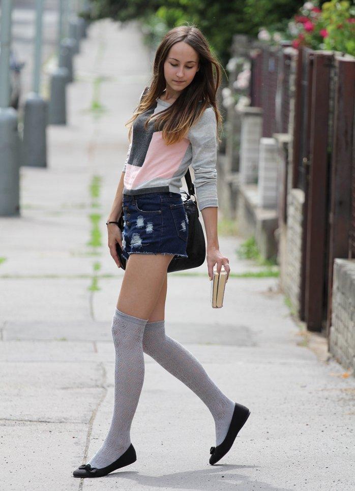 Эротические девушки в джинсовых юбках