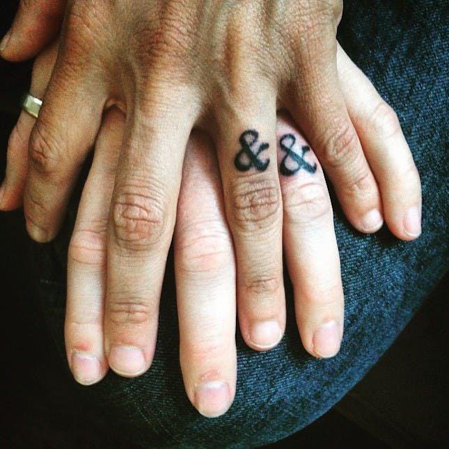 аккуратную линию тату на пальце фото для двоих можешь есть