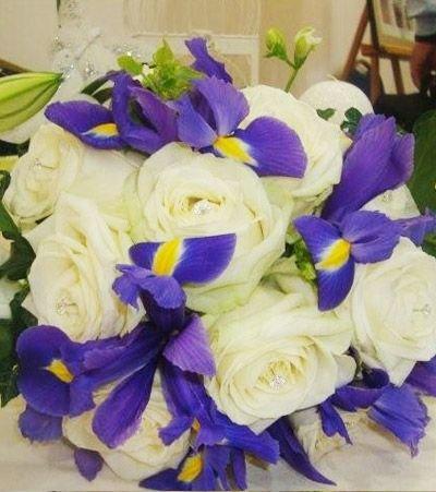 База, свадебный букет из 15 белых роз и ирисов