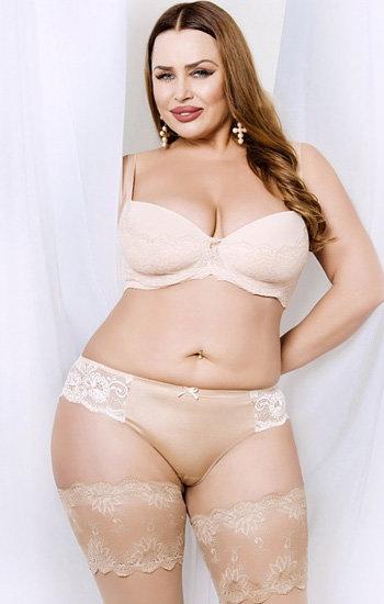 Красивая пышная женщина в белых трусиках фото