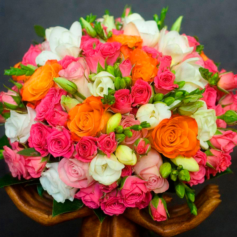Букеты из фрезий и роз
