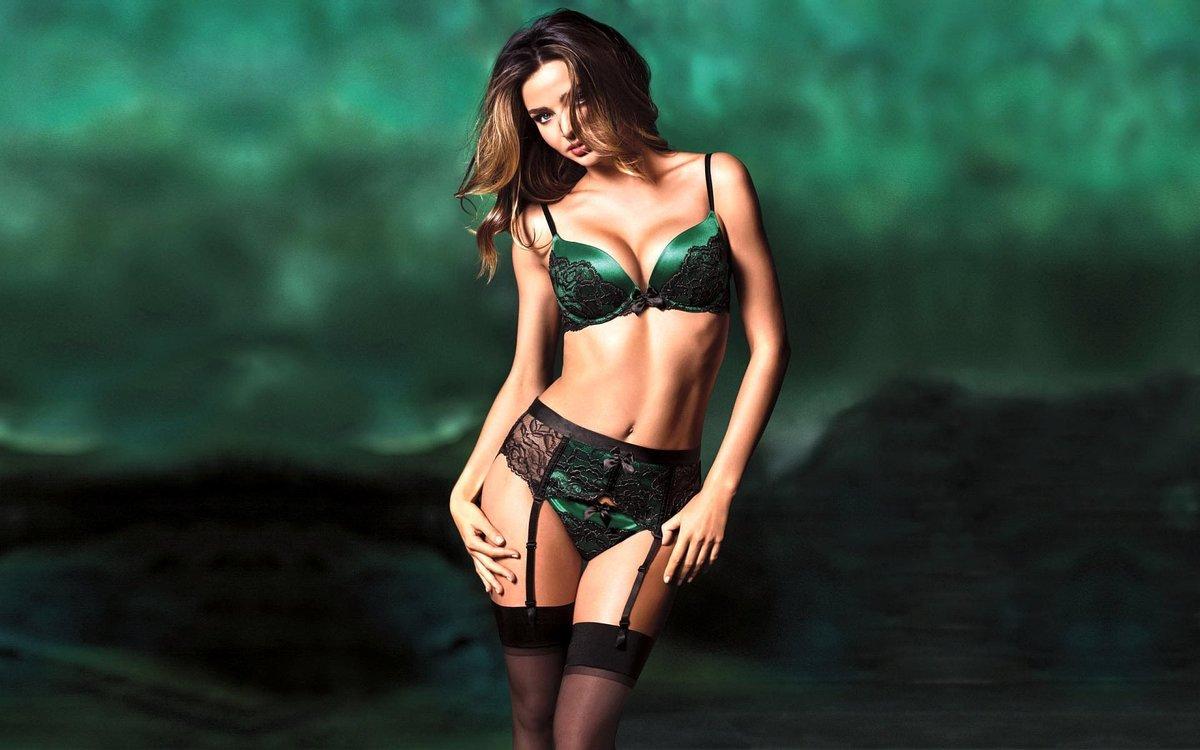С большой грудью в зеленом белье