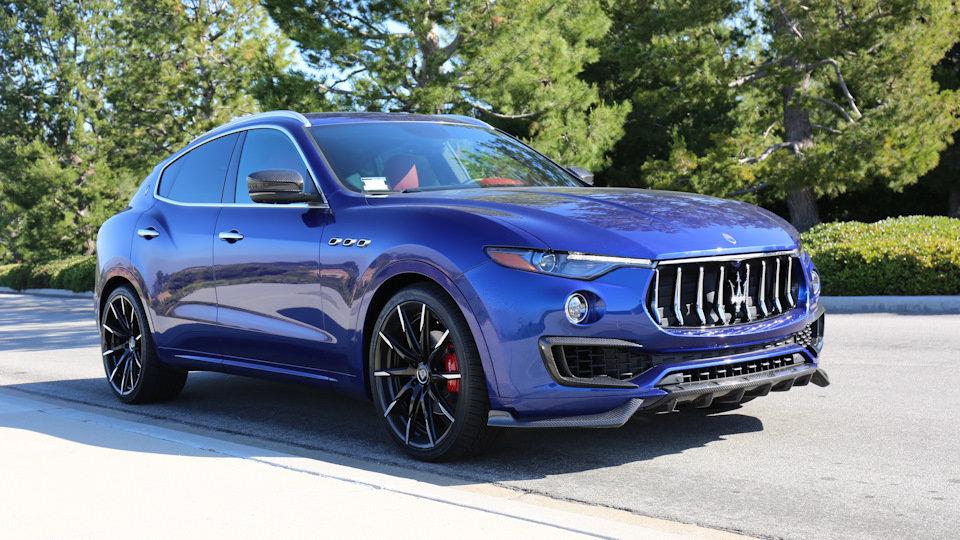 Maserati Levante синий на обочине