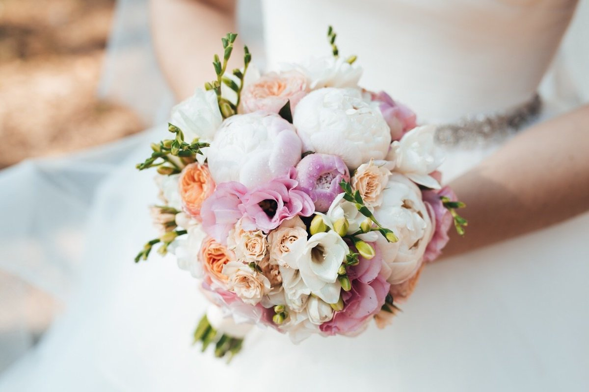 Свадебные букеты из роз и пионов