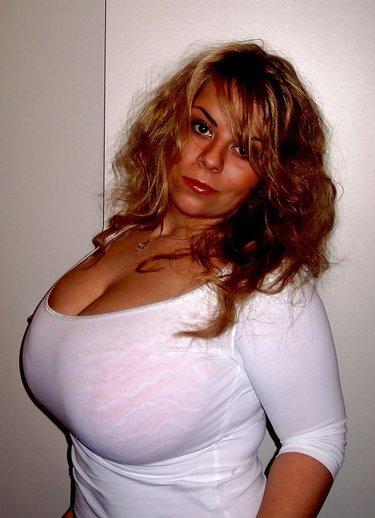 Девушки в одежде но с голой грудью щипаются за соски этом