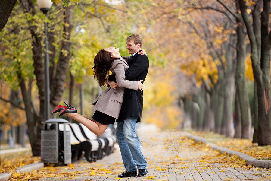 картинка пара гуляет в осеннем парке просьбы художника позировать