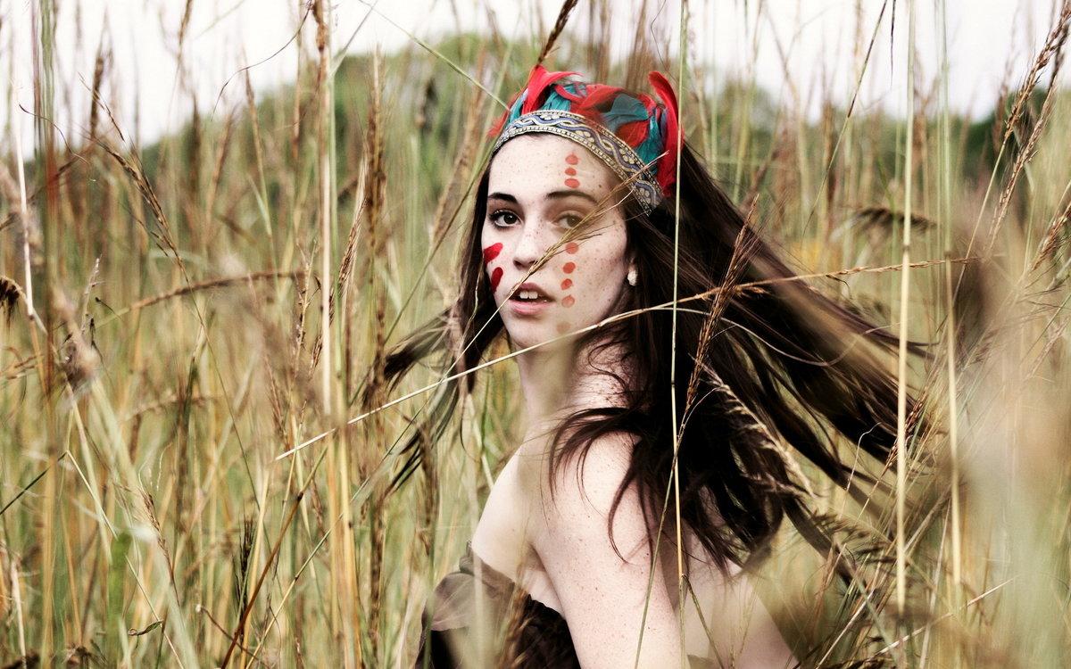 фотосессии в образе индейцев оформили светло-серой гамме
