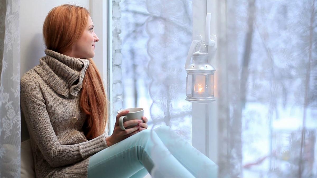 Мужчина у окна зимой картинки