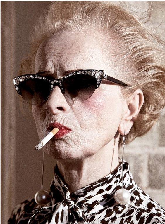 Картинки бабушка с сигаретой