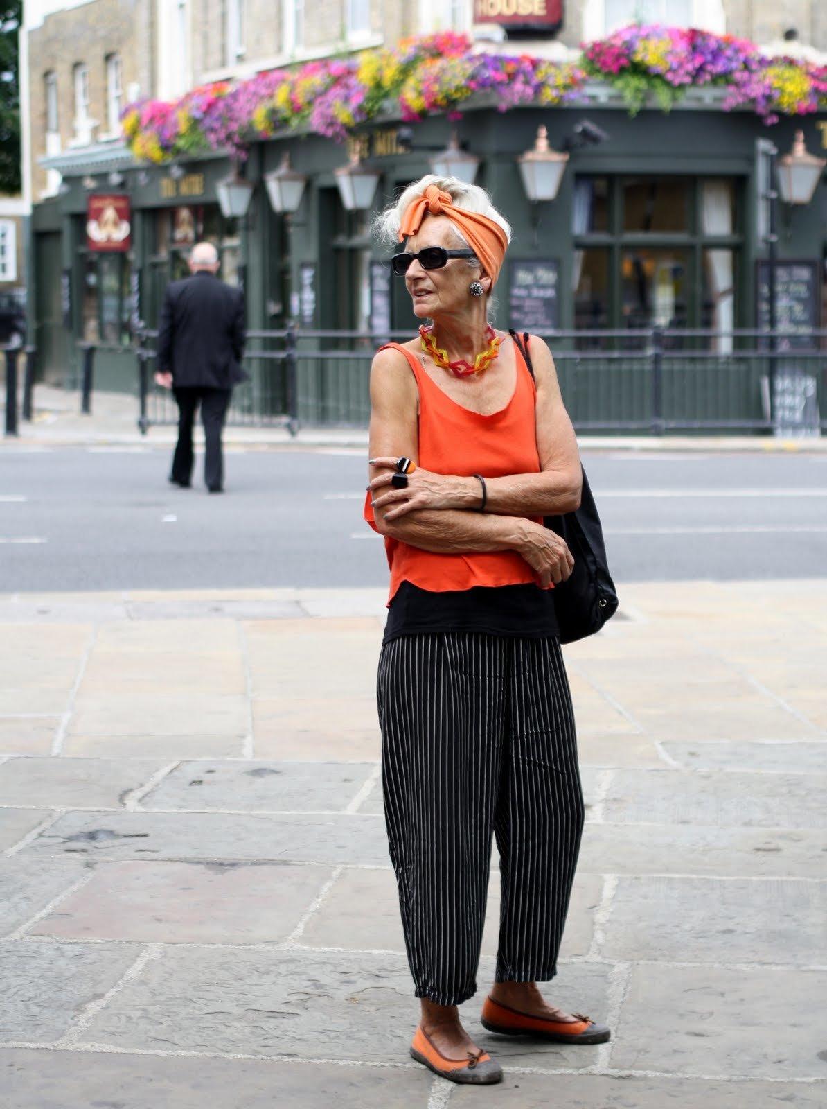 неприятна пожилая дама в брюках уже