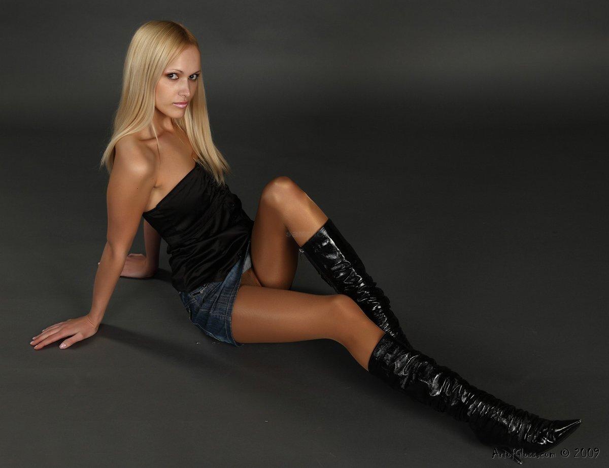 девушка с длинными ногами в сапогах вас