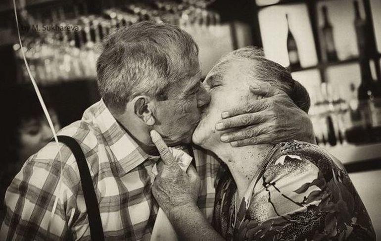 старики целуются и обнимаются в постели - 13
