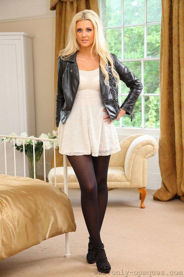 Красивая блондиночка в белых чулках фото — pic 6