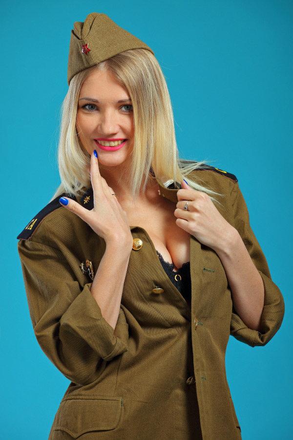 Блондинка в военной форме картинки