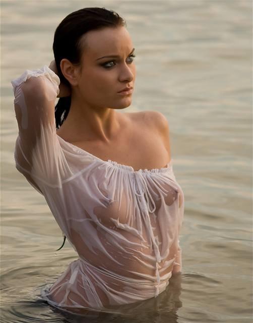 Ебется девушки в прозрачных мокрых платьях порно погибших порно