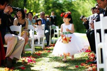 свадебная церемония девочка с лепестками